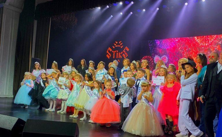 АКЦИИ И КОНКУРСЫ ВСЕ НОВОСТИ НАШИ ЛЮДИ «Красота спасёт мир»: восьмилетняя клинчанка получила титул «Юная Топ Модель России 2020»